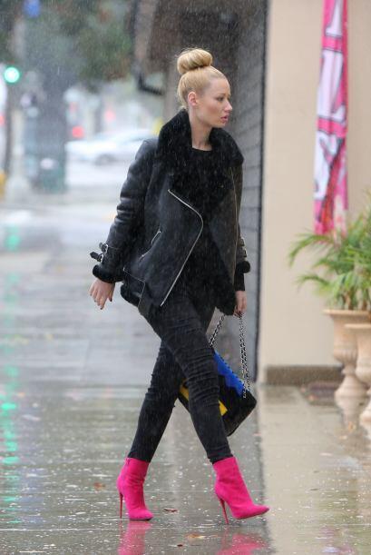 Iggy Azalea escogió un 'look' todo en negro, ideal para el invierno, ade...
