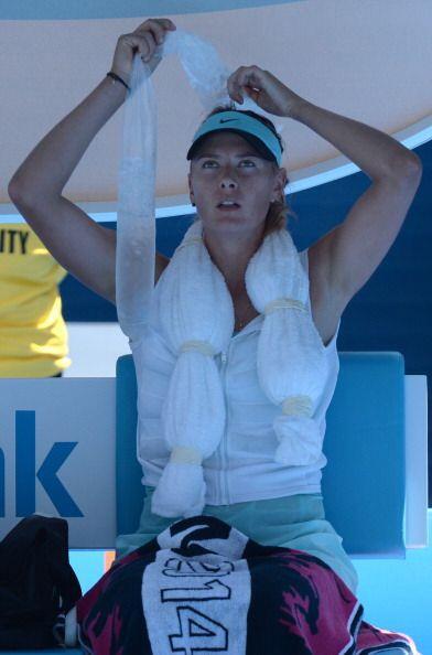María Sharapova busca enfriar el cuerpo con hielo.