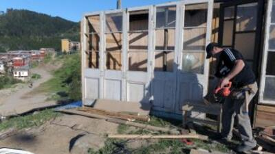 Un hombre trabaja en la reconstrucción de una vivienda tras el terremoto...