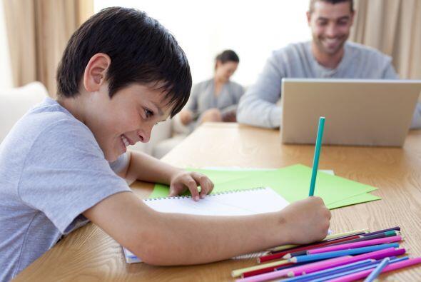 Cuando su hijo hace la tarea escolar, haga usted tareas también....