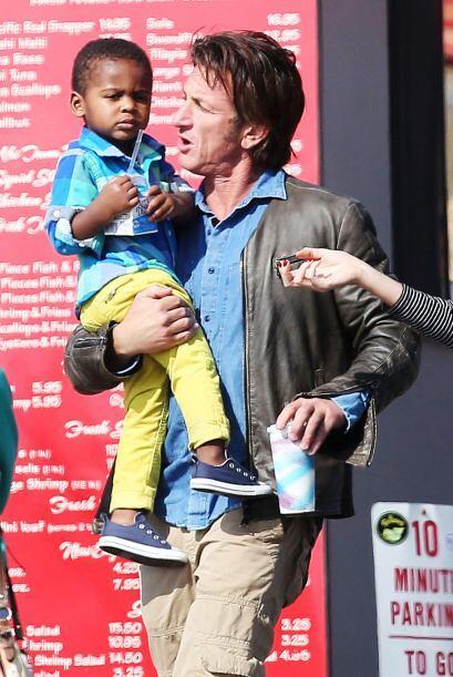 El actor ha sacado su lado más dulce con el hijo de su novia. Más videos...