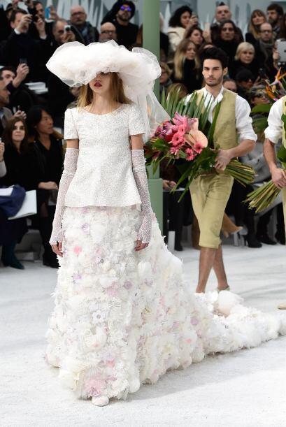 Para cerrar con broche de oro, un extravagante vestido de novia apareci&...