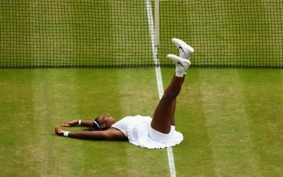 Así celebró Serena Williams el séptimo triunfo de Wimbledon en su carrera.