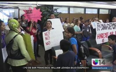 Decenas rechazan plan que implica colaboración de Santa Clara con ICE