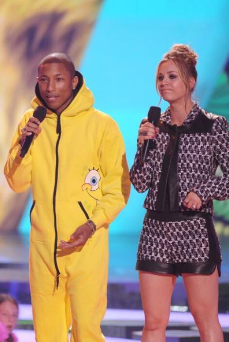 Pharrell Williams y Kaley Cuoco.Mira aquí los videos más chismosos.