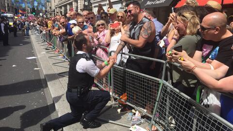 Policía en Londres le pide matrimonio a su pareja