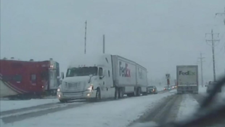 Queda captado en cámara como chocan un camión de carga y un tren de pasa...