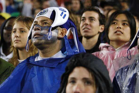 Con el partido empatado la alegría salvadoreña se transfor...