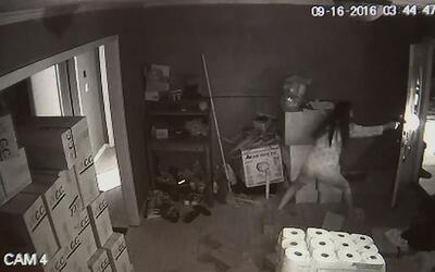 Una mujer dispara a tres ladrones que entraron a robar en la casa donde...