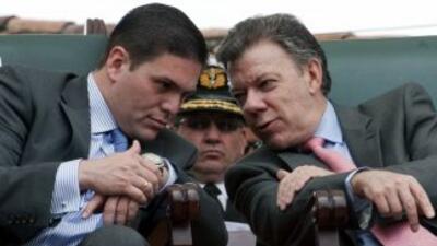 Juan Carlos Pinzón, ministro de Defensa colombiano, junto al presidente