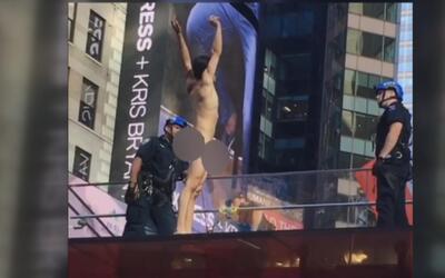 Un hombre se desnuda en pleno Time Square