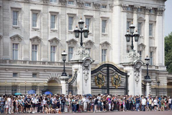 La gente afuera del Palacio de Buckingham, esperando noticias del bebé....