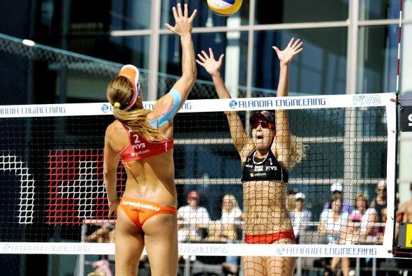 En plena lucha, dos bellas del voleibol playero: la brasileña Lar...