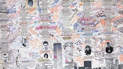 Familiares dejan sus comentarios y recuerdos en un muro que conmemora el...