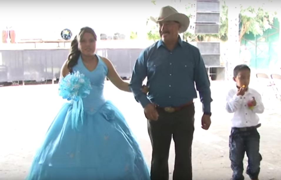 Este video cuenta con más de 8,000,000 de vistas. En él, la quinceañera...