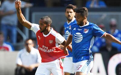 David Villa y Gio dos Santos disputan un balón con jugador de Arsenal