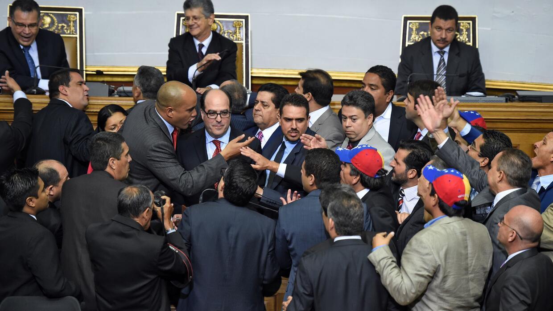 En la toma posesión de la Asamblea, hubo algunos enfrentamientos entre c...