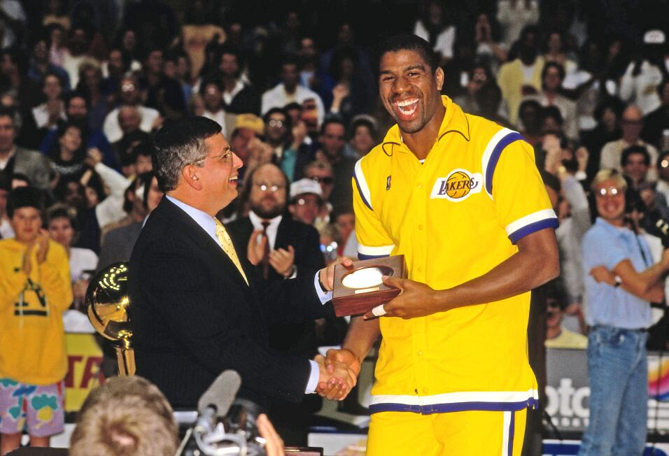 El Comisionado de la NBA, David Stern presenta Magic Johnson su anillo d...