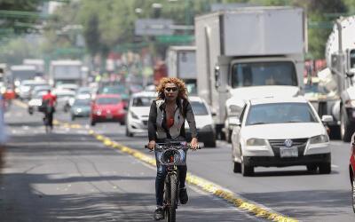 Una mujer se traslada en bicicleta este 5 de mayo en las calles de la ca...