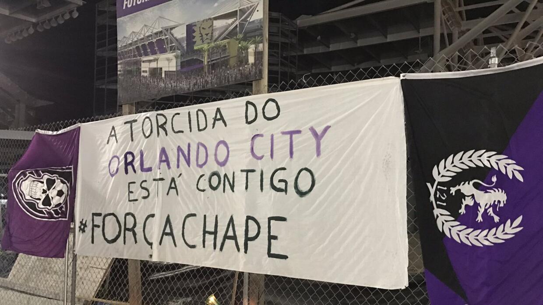 La afición de Orlando City se solidarizó con la de Chapecoense.