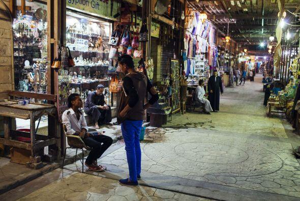 Las tiendas en el centro de Luxor también lucen vacías.