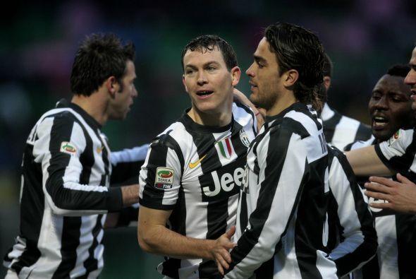 Un solitario gol de Lichtsteiner significó el triunfo de la 'Juve', adem...