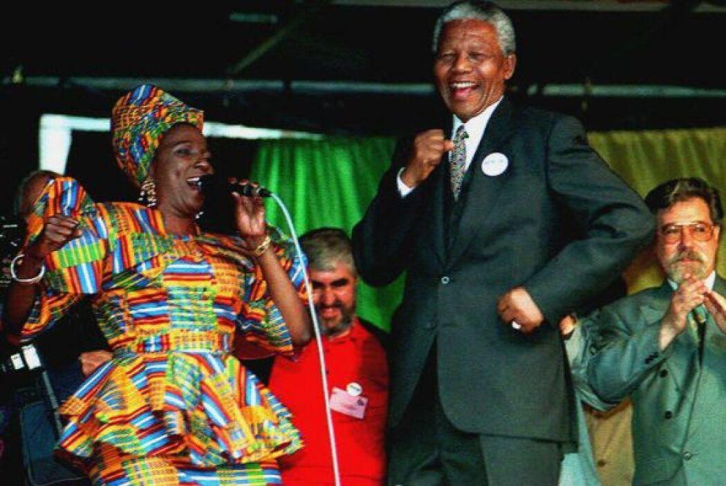 Mandela nunca perdió la alegria, aquí con una cantante no identificada d...