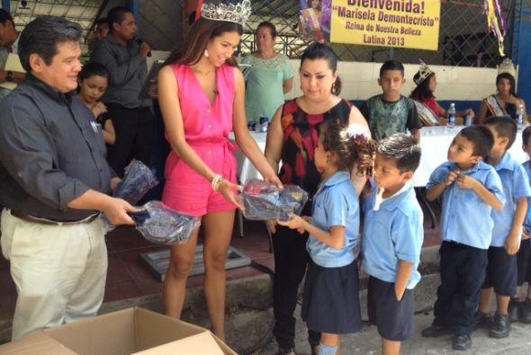 Pero ellos no fueron los únicos en dar. También Marisela les llevó regal...