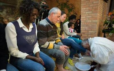 El Papa cumplió el tradicional rito del lavado de los pies a 12 reclusos...