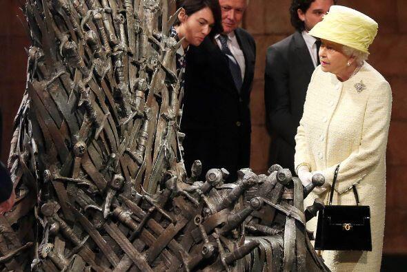 La reina Elizabeth II asistió a los estudios de filmación de la popular...
