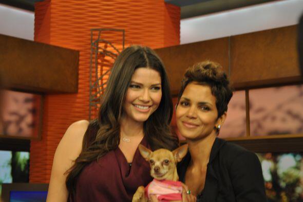 Ana Patricia y su pequeña mascota también posaron para la...