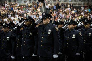 El departamento de Nueva York promovió a 781 policías que proceden de 49...
