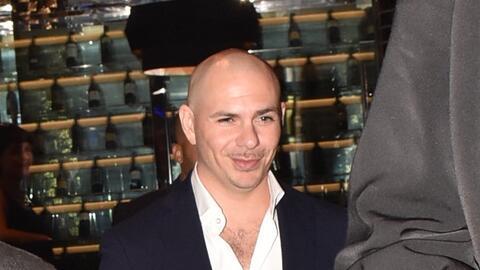 Pitbull bebiendo en plena calle