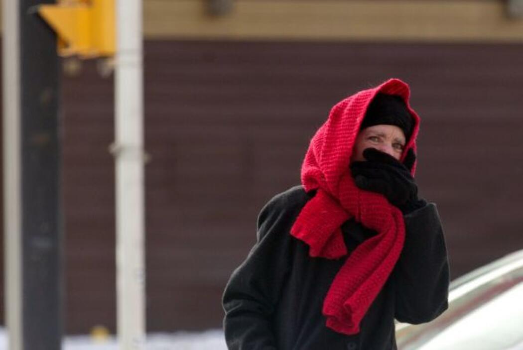 Una persona se protege del frío en Detroit, Michigan.
