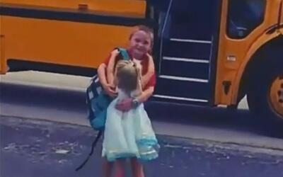 La tierna costumbre de una niña que todos los días recibe a su hermano c...