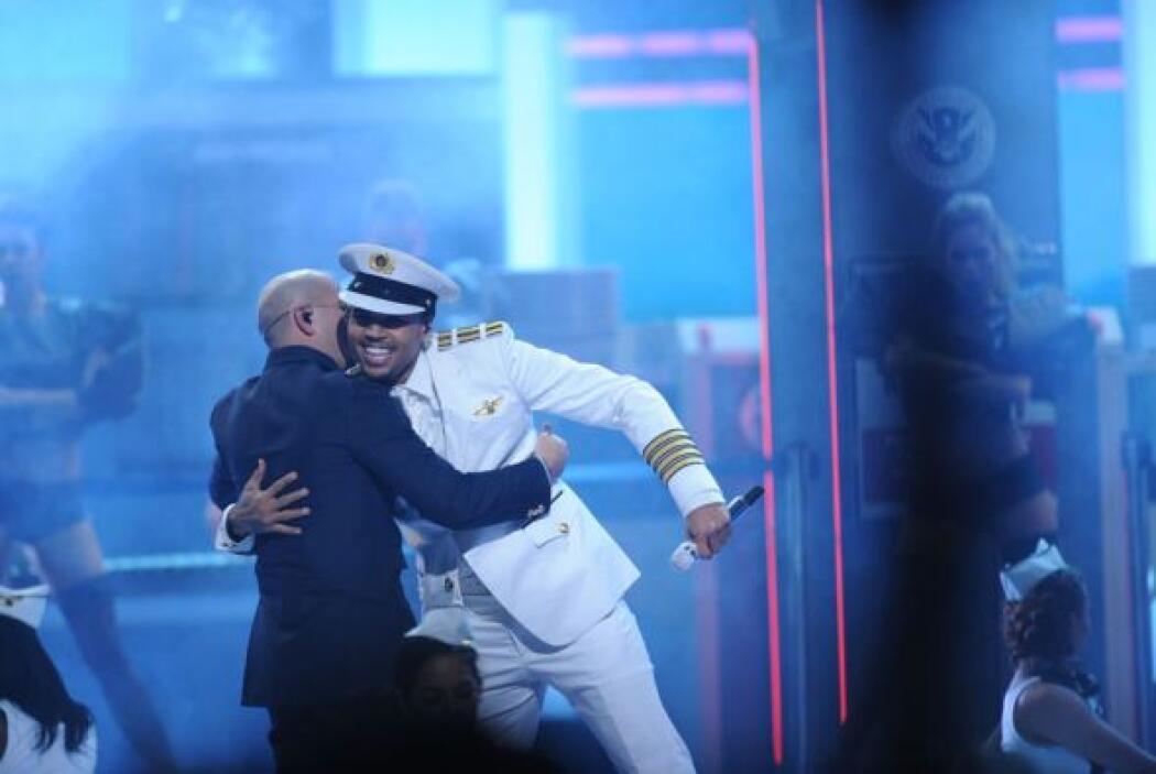 Chris Brown no paraba de reír al ver cómo el público latino los ovacionó.