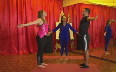 Aprende como practicar yoga en pareja para el día de los enamorados