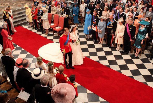 ¡Marido y mujer! El paseo de los nuevos Duques de Cambridge por la Abadí...