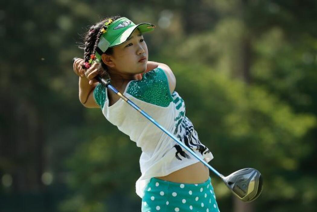 Lucy Li de los Estados Unidos realiza un disparo durante una ronda de pr...