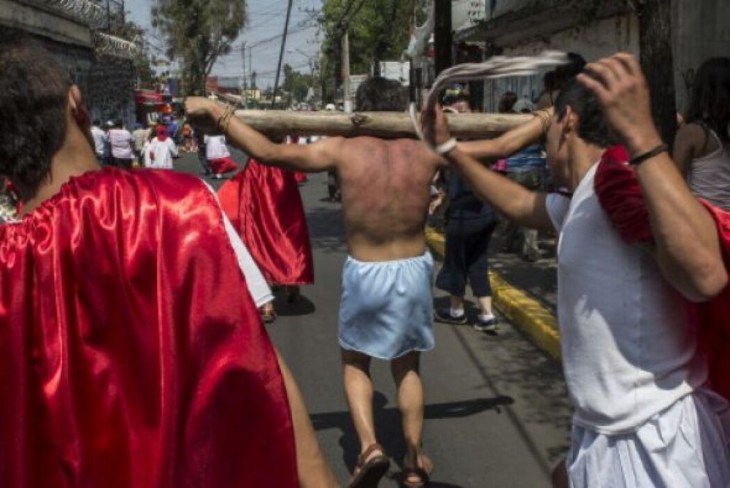 Y en México, cientos de representaciones de la Pasión de Cristo toman la...