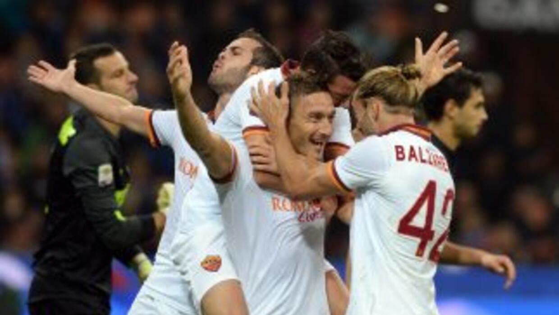 Totti celebra su segundo gol ante Inter para la goleada de la Roma en Mi...