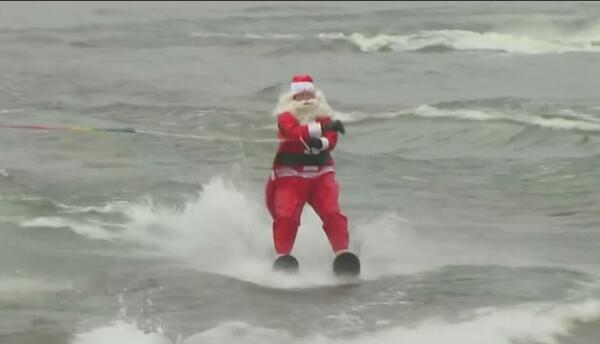 Santa Claus y sus duendes esquiaron en las gélidas aguas del río Potomac...
