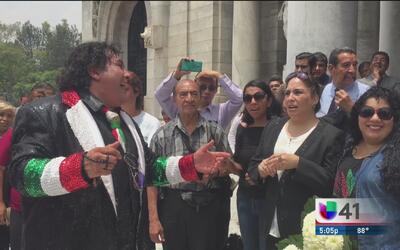 Fans llegan a Bellas Artes para recordar a Juan Gabriel