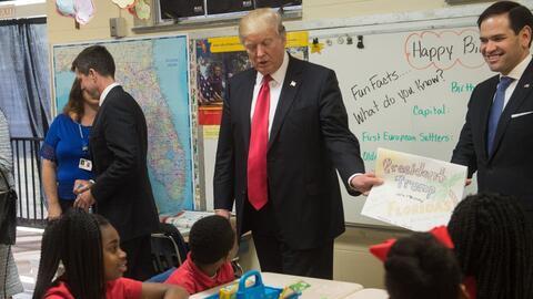 El presidente Donald Trump saluda a estudiantes en el colegio cat&oacute...