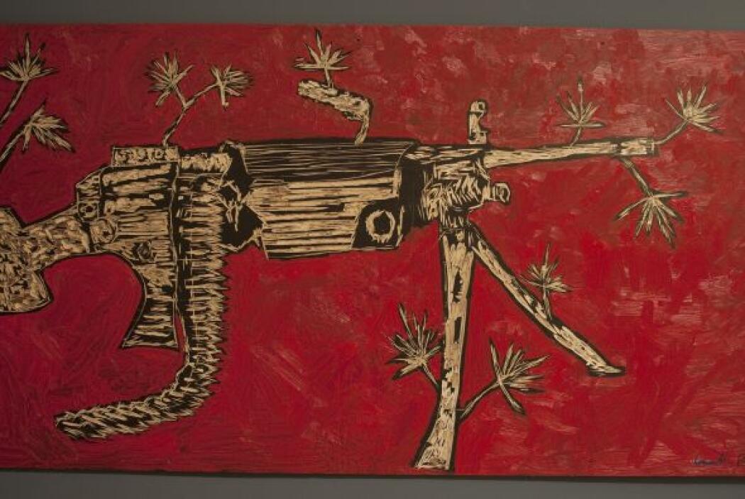 Entre las piezas se destacan figuras de decapitados, manos empuñando pis...