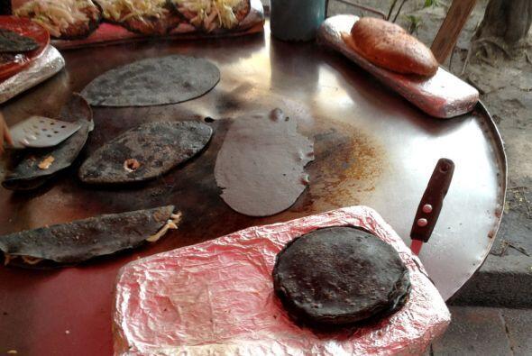 En el puesto de Doña Carmen también hay tlacoyos (tortillas azules relle...