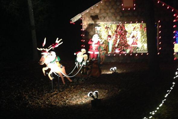 Santa Claus alistando detalles para salir a repartir juguetes.