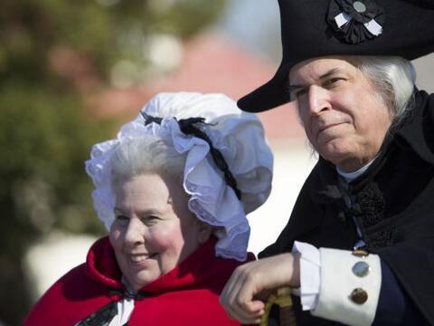 Como parte de las celebraciones del Día del Presidente, una pareja vesti...