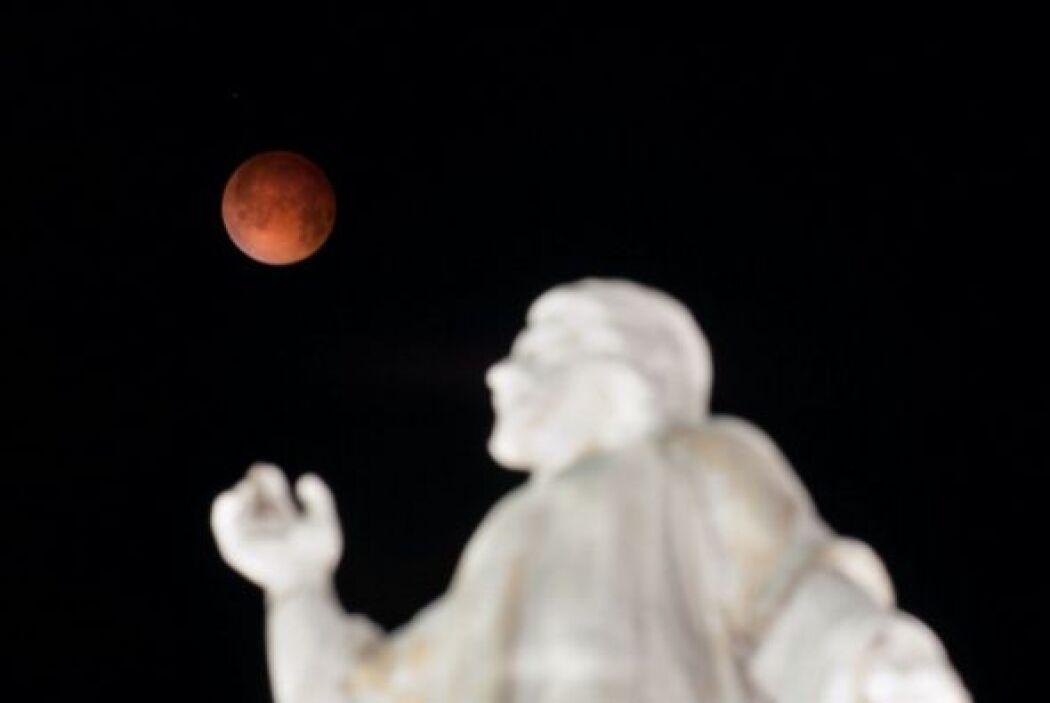 La luna también se vio desde El Salvador, acá una imagen del Monumento M...