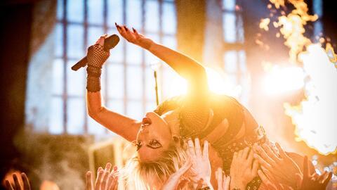 Lady Gaga podría hacer esto mismo, lanzarse sobre sus fans, en el...